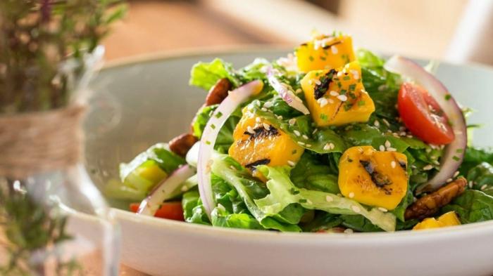 idée recette légère, tomate cerise, oignon, mangue ou patate douce découpée, salade verte composée