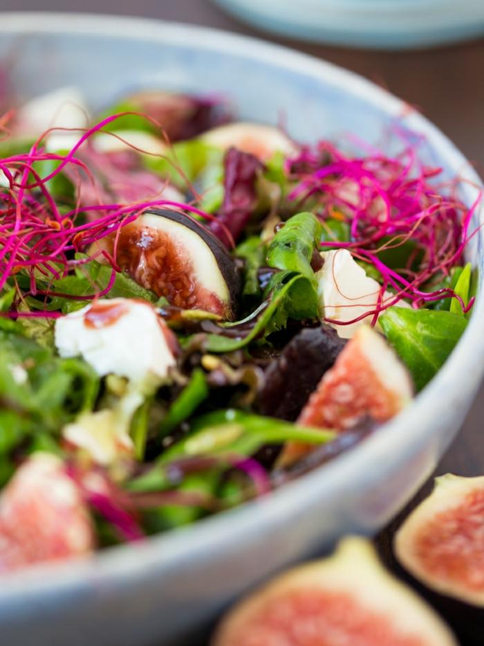 salade aux figues, feuilles vertes, grande assiette blanche, roquette, salade roquette