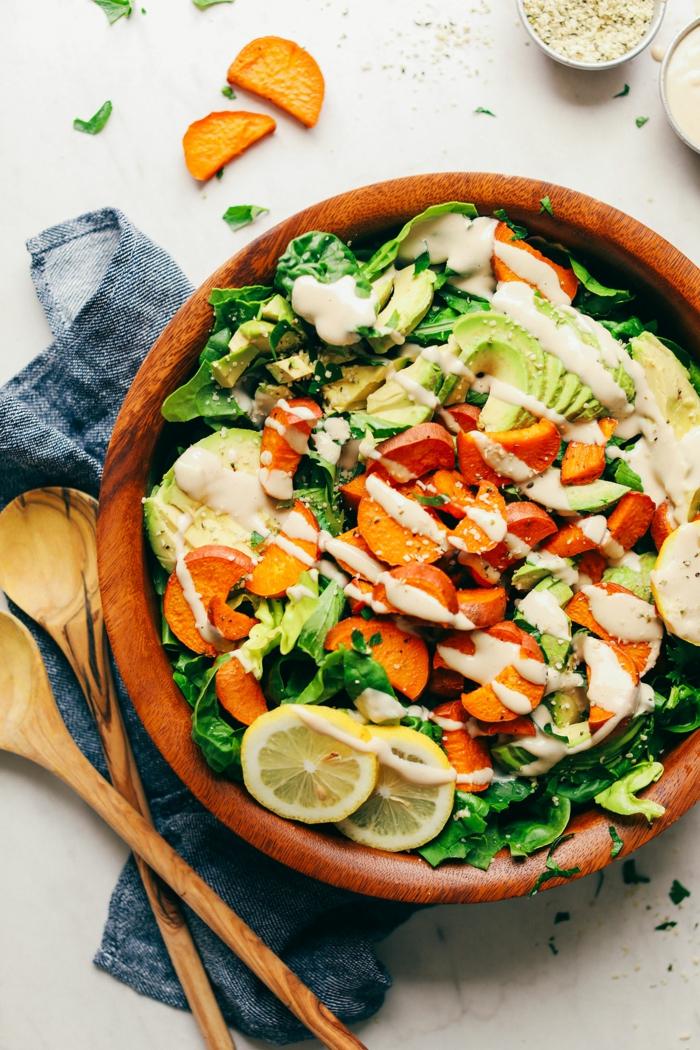 que mettre dans une salade verte, bol à salade en bois, patates douces, laitues