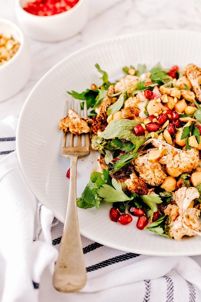 Préparer une grande salade pour tous vos invités qui peuvent mettre dans leur plat, social mange, idee apero dinatoire, amuse bouche apéritif facile