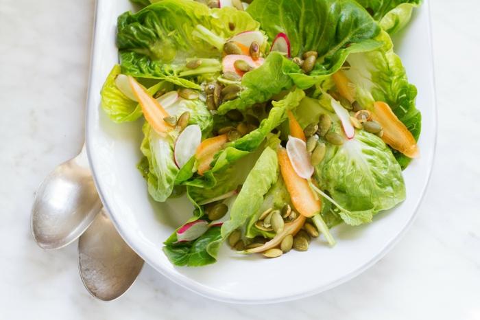 recette minceur avec laitues, radis et bébés carottes, petite salade simple pour une personne