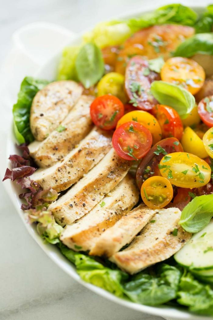 salade poulet, tomates cerises rouge et jaunes, feuilles vertes, salade délicieuse