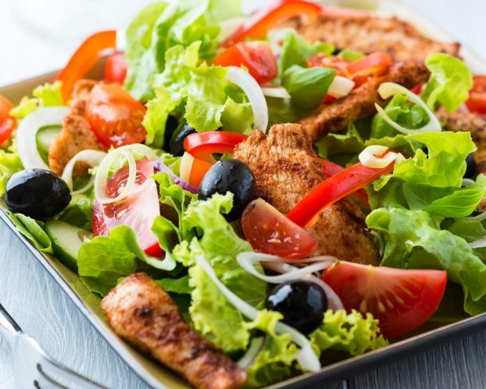 salade délicieuse à la viande et aux tomates, salade laitue nutritive, idée recette légère