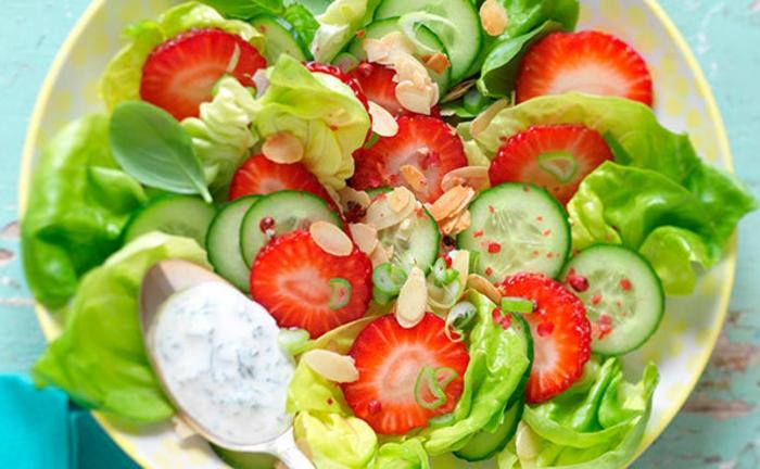petite salade légère, yogourt, concombres, fraises, graines de citrouille, salade colorée