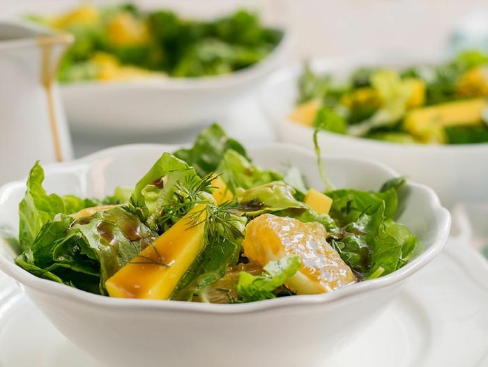 salade sucrée-salée à la mangue et aux herbes aromatiques, salade facile à faire soi-même
