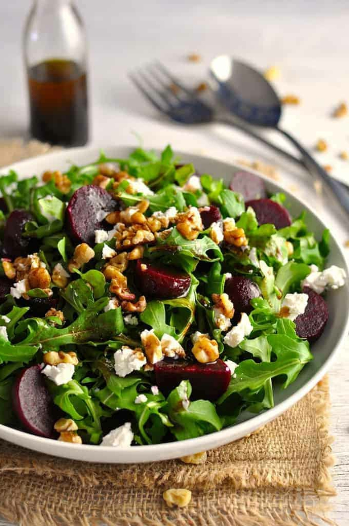grande salade aux noix de noyer, betteraves, fromage de chèvre, feuilles de roquette, vinaigre balsamique