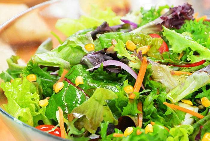 Salade laitue aux graines et à l'oignon, choux frisé, bol en verre, recettes salades