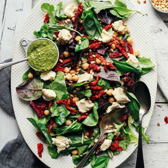entree legere et raffinée, salade d'épinards, formage de chèvre, pesto, pois chiches
