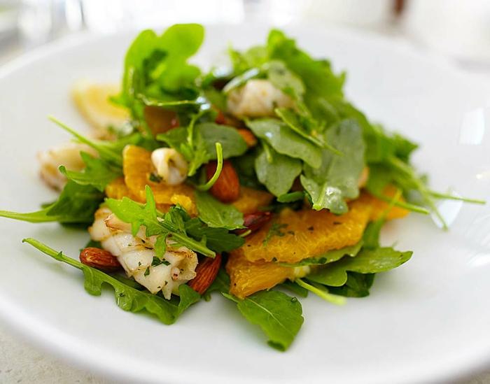 entree legere, recette salade balancée, roquette, orange, amandes, fruits de mer
