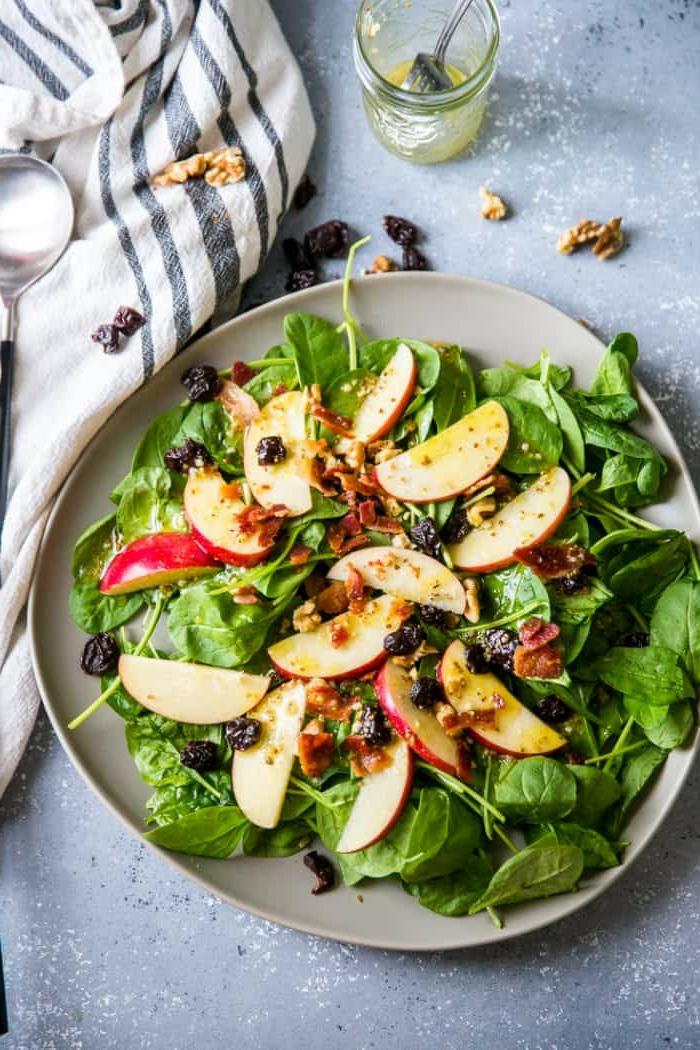 salade aux pommes et aux épinards, salade légère aux fruits séchés et aux noix de noyer