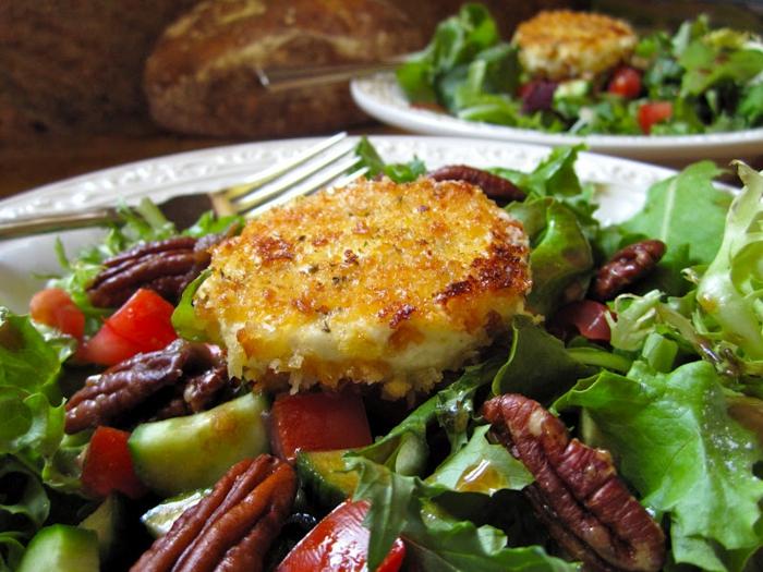 salade verte, fromage de chèvre, noix de pécans, laitues, assiette blanche, salade composée originale