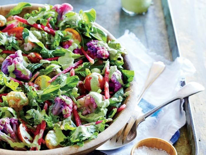 recettes salades originales, grande salade, choux fleurs, tomates cerises, radis, betterave râpée