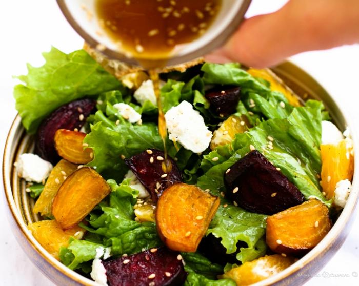 sauce pour salade, graines de sésame, patate douce, morceaux de betterave, salade laitue
