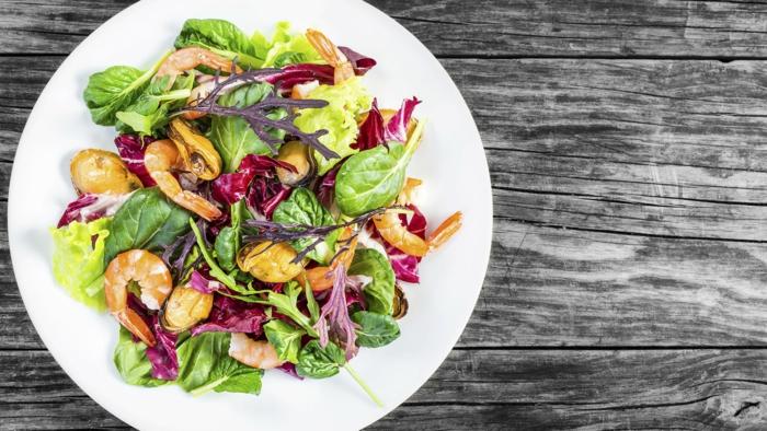 recette salade composée, moules, feuilles de laitue, crevette, roquette, radis