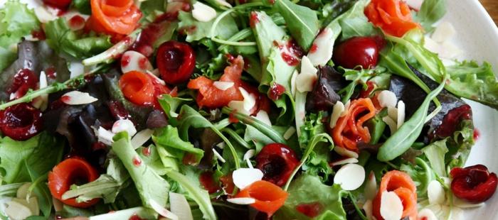 tomates cerises, roquette, betterave, tranches de fromage fines, assiette blanche, idée recette légère
