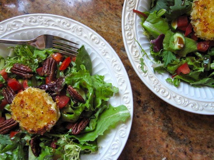 salade au fromage de chèvre, noix de pécans, roquettes, tomates cerises, assiettes à salade