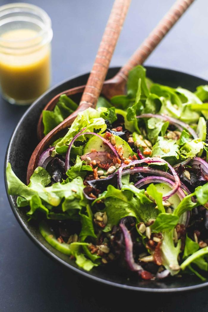 salade verte composée, oignon, olives, cuillères en bambou, vinaigrette salade, salade entrée
