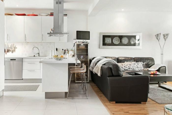 idée aménagement cuisine blanche dans un studio, sofa d'angle gris, peinture murale blanche