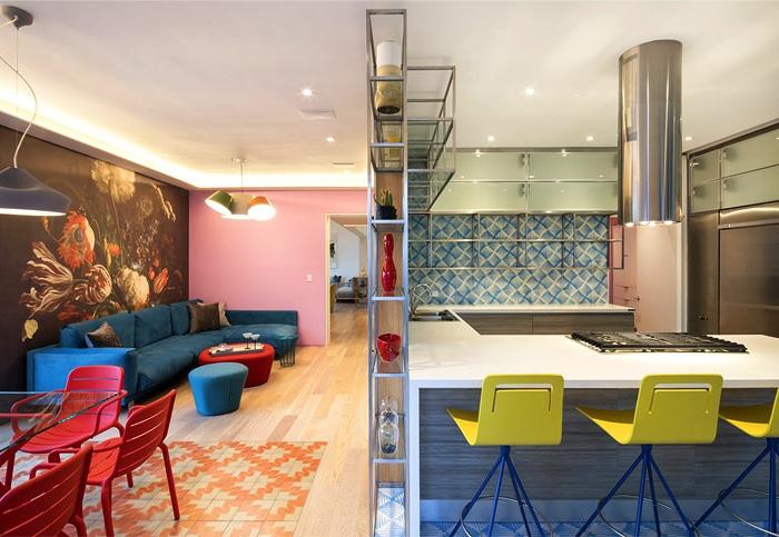 aménagement cuisine petit espace, chaises jaunes, îlot de cuisine blanc, mur en carreaux motifs géométriques,, poster mural floral