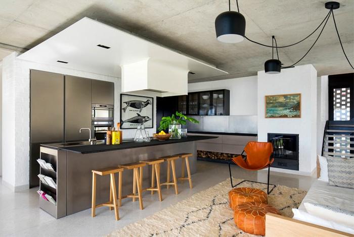 cuisine en gris et blanc, idée aménagement cuisine, tabourets en bois, poufs en cuir, tapis berère, plafond en béton