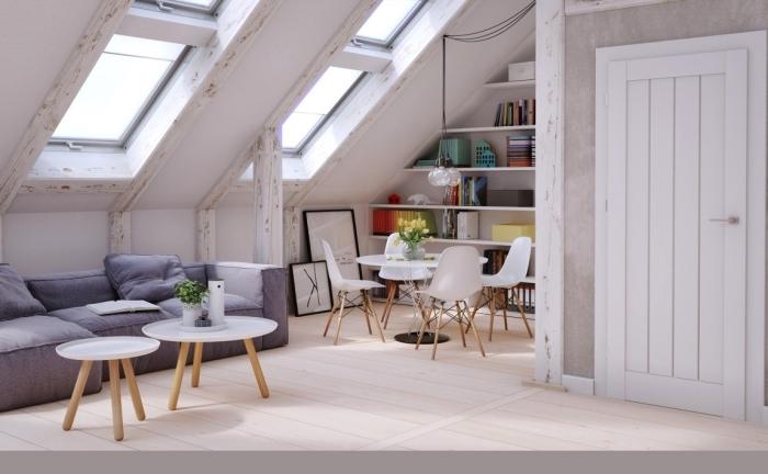 un loft de style scandinave équipé d'une bibliothèque sur mesure et d'un canapé bas, astuces aménagement sous pente
