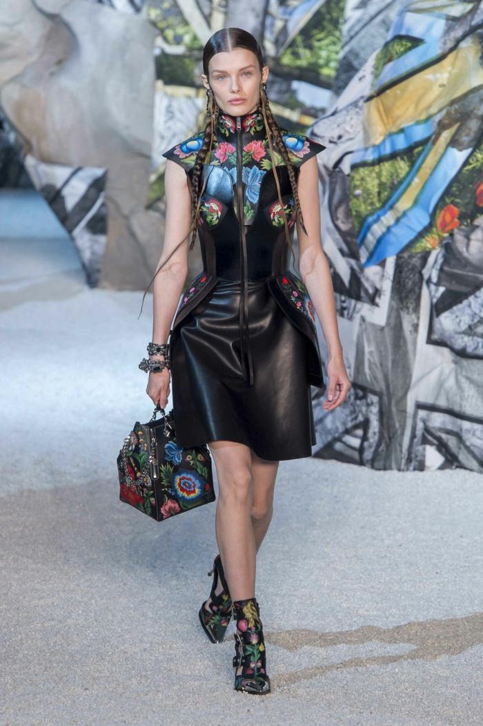 robe en cuir noir, sac noir aux fleurs multicolores, coiffure en tresses, sandales fleuries
