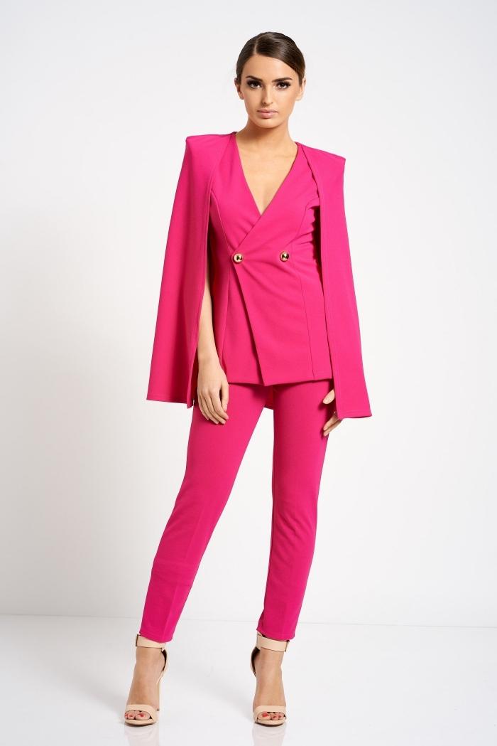 modèle de costume pour femme avec blazer à décolleté et pantalon slim, idée tailleur cérémonie officielle en rose