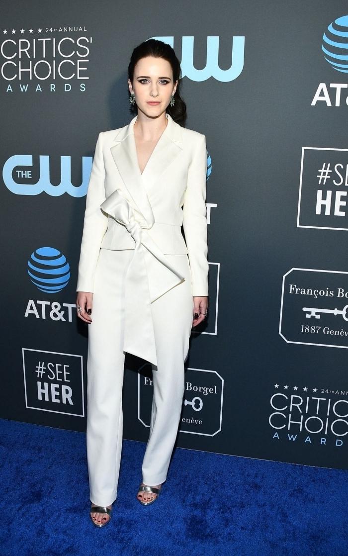 modèle de pantalon tailleur femme de couleur blanche, exemple de blazer court avec papillon, sandales à effet métal
