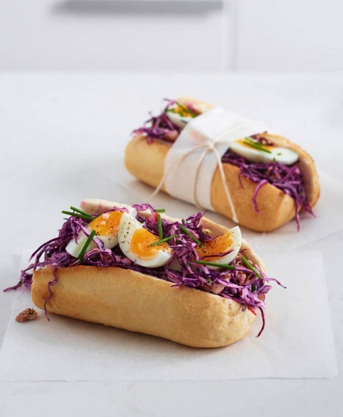 des sandwichs avec salade de chou cru garnis d'oeufs mollets, que faire avec des oeufs, idées de recettes à base d'oeufs pour toute la journée