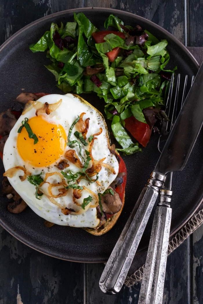 sandwich ouvert aux champignons sautées accompagné d'oeuf frit et d'oignon caramélisé