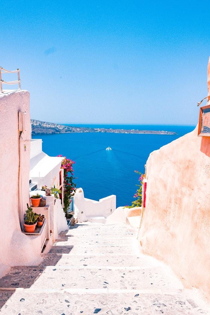 Santorini fond ecran paysage, photo de paysage urbain avec vue de la mer, reproduire une photo en dessin