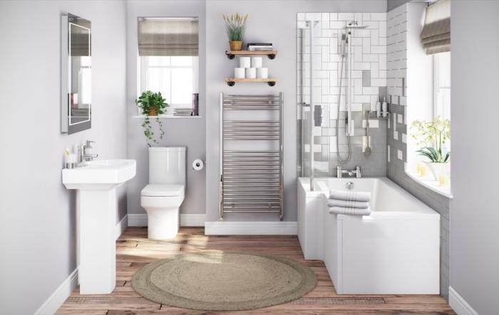 décoration salle de bain en blanc et bois avec peinture murale gris clair, revêtement plancher effet bois salle de bain