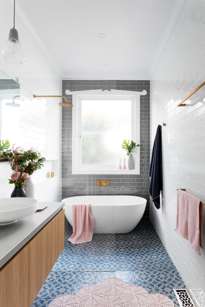 quelle couleur associer au gris dans une petite salle de bain, modèle de carreaux salle de bain en nuances bleus et motifs floraux