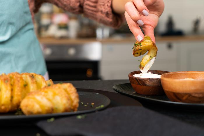 tremper la pomme de terre dans sauce yaourt et ail, pomme de terre suedoise, repas à partager entre amis