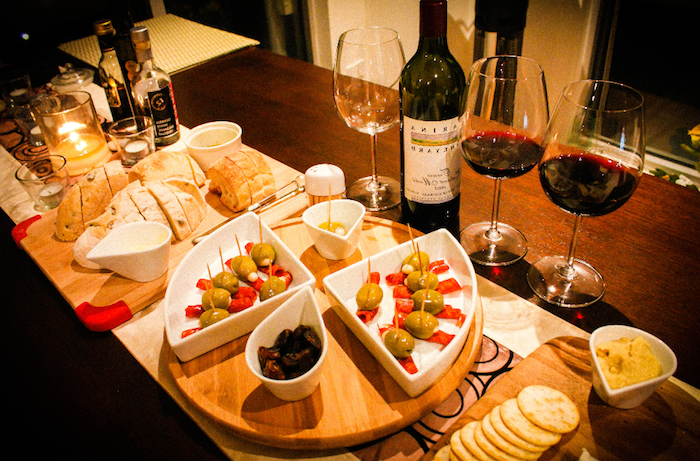 Diner apero, idee apero dinatoire, amuse bouche apéritif facile, vin rouge et olives et houmous avec crackers