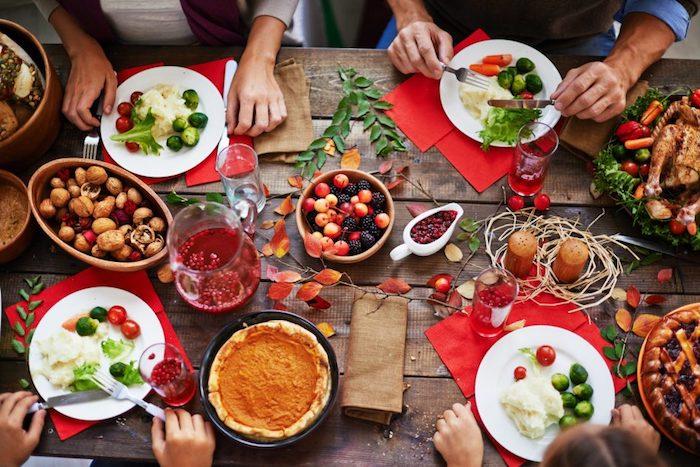 Idée de repas d anniversaire, apero dinatoire pour 20 personnes, que préparer, table avec gens qui mangent