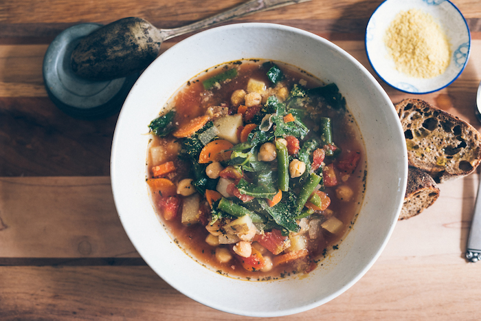 recette légère pour le soir, soupe aux légumes, pois chiches, haricots verts, carottes, poivrons, idée soupe d hiver
