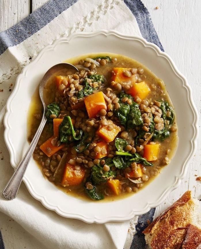 soupe aux lentilles et patates douces avec des épinards, exemple de recette de soupe d hiver originale