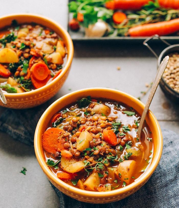 soupe aux lentilles avec des légumes, carottes, patates et persil, recette vegan facile de plat sans viande