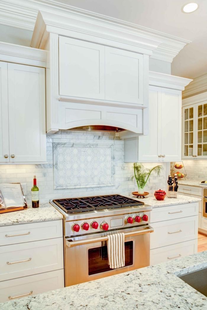 comment aménager une cuisine blanche, meubles de cuisine en blanc avec poignées en or, idée plan de travail cuisine