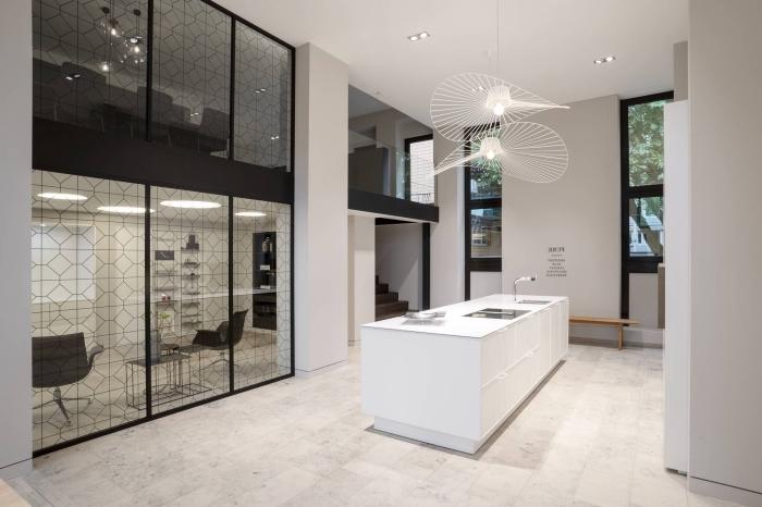 design contemporain dans une cuisine blanche, agencement cuisine avec îlot central, modèle luminaire design contemporain