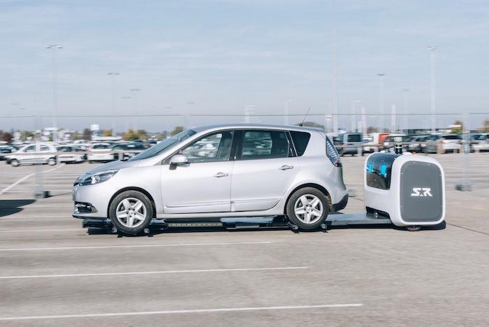 photo du robot voiturier stan en train de manipuler un véhicule pour le garer automatiquement sur le parking de l'aéroport de lyon saint exupéry
