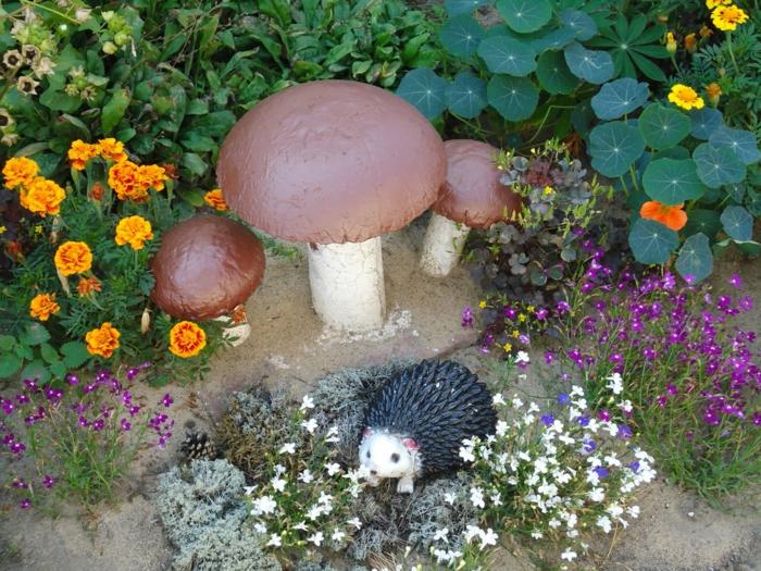 champignons dans le jardin, petite figure hérisson, petites fleurs, déco exterieur jardin
