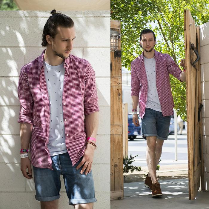 short denim, chemise hippie homme, t-shirt blanc, demi bun homme, bijoux bohème