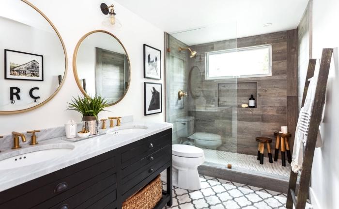 quelles couleurs pour une salle de bain moderne de style rustique, carreaux de plancher en blanc et noir, échelle bois brut