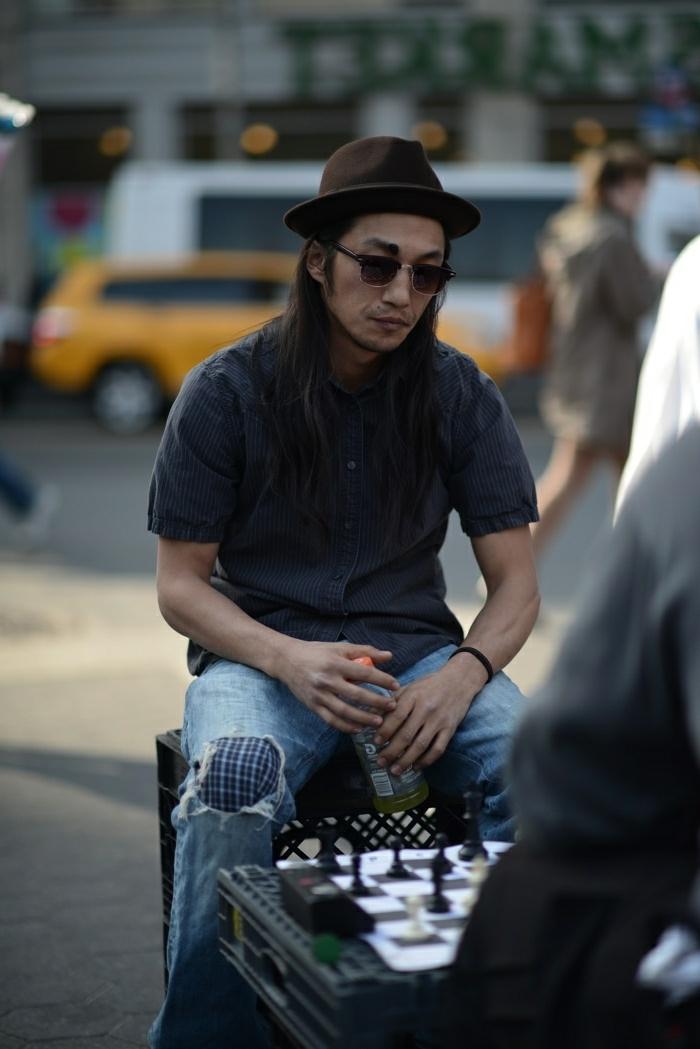 look bohème chic homme, jean bleu, chapeau marron, chemise grise, hippie homme moderne