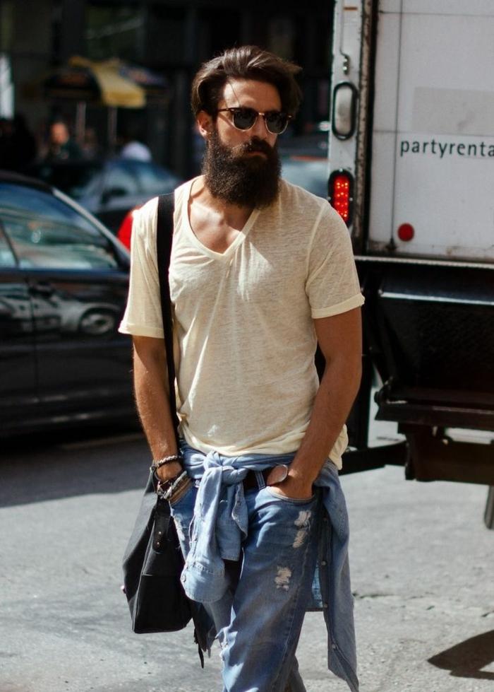 t-shirt blanc, jean bleu, sac épaule, barbe longue, bracelets bohème chic, style boheme chic