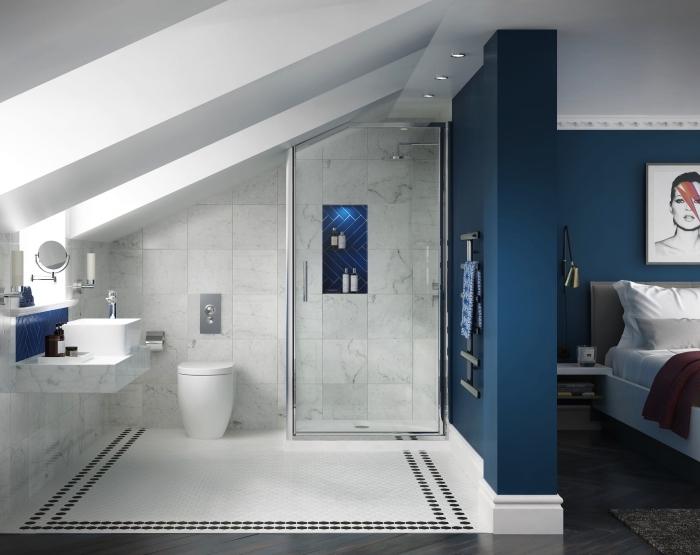 aménagement astucieux d'une suite parentale sous combles, une chambre sous comble avec salle de bains aménagée sous la pente du toit