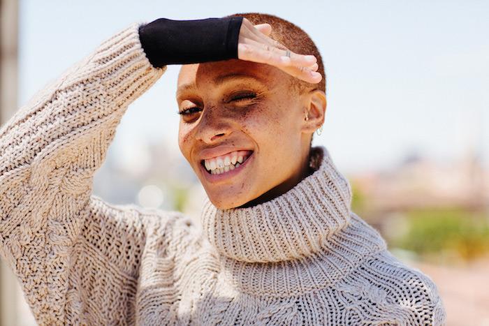 Pull beige, femme souriante sous le soleil, Adwoa Aboah photo belle sourire