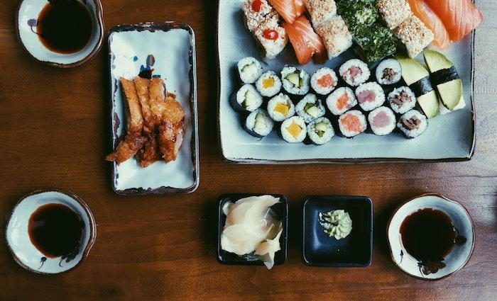 Sushi pour votre diner festif, idée facile de repas d anniversaire, apero dinatoire ordonner pour vos amis